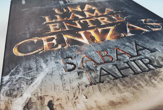 una llama entre cenizas, sabaa tahir, reseña, montena