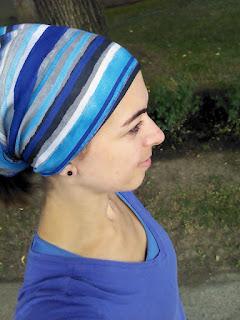 Coureuse bandana bleu sur la tête