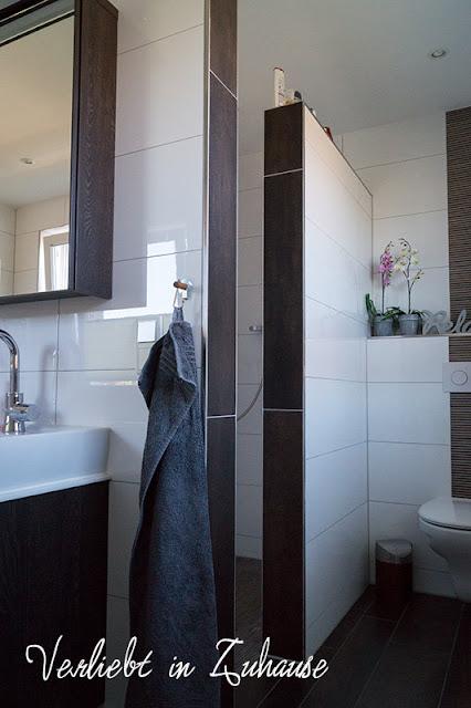 Unser Bad mit Boden-Fliesen in Holzoptik und weißen Wänden