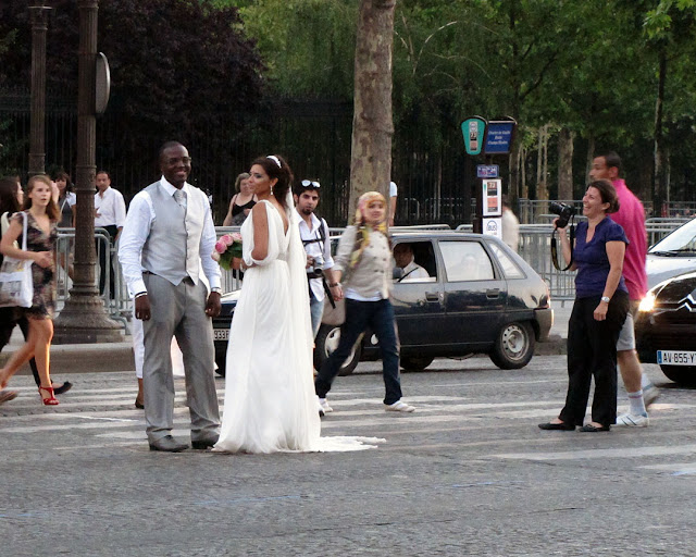 An unusual photo session on the avenue des Champs-Élysées, Paris