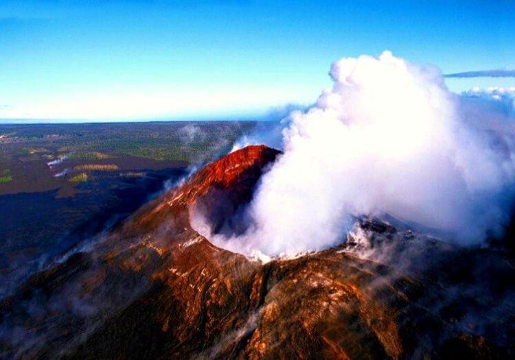 Kilauea Yanardağı, Hawaii'de bulunan 1247 metre yüksekliğindeki bir kalkan volkandır.
