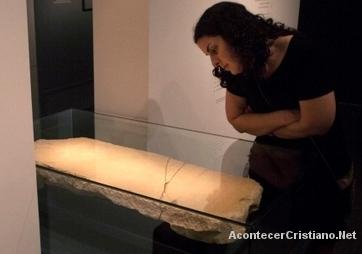Mujer observa la piedra del ángel Gabriel en museo de Israel