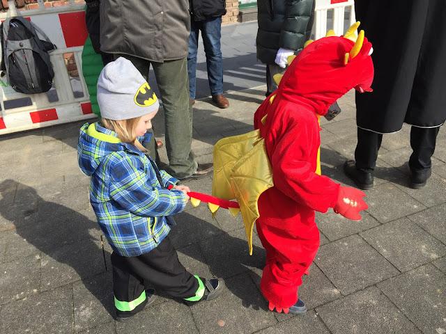 Drache und Feuerwehrmann an Karneval