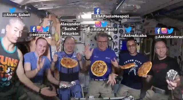 Il simpatico video degli astronauti che fanno le pizze nello spazio