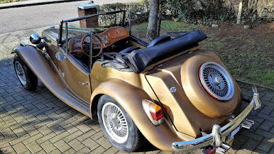 Capota arriada apenas para mostrar o volante do carro na fotografia. Devia estar muito frio para guiar nestas condições.