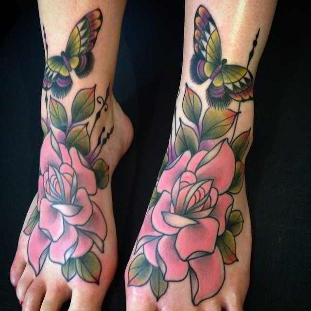 Un tatuaje de rosas new school en los pies