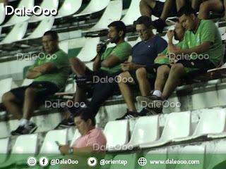 Mauricio Soria y su cuerpo técnico de Oriente Petrolero observan a su rival Royal Pari - DaleOoo