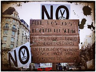 """cartel que dice """"Abre los ojos y rebélate"""""""