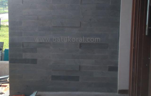 pemasangan batu andesit untuk dinding depan rumah