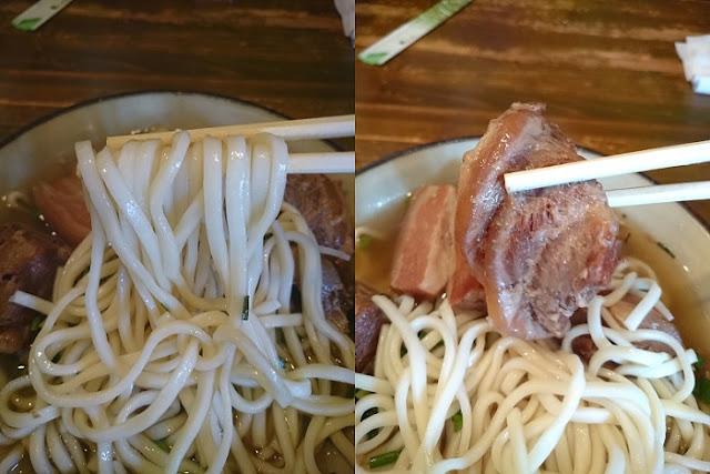 ミックスそばの麺と軟骨ソーキの写真