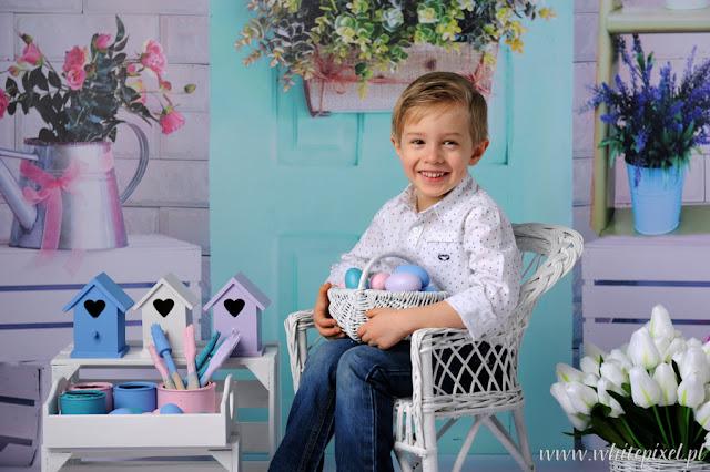 Piękna wielkanocna stylizacja dla czteroletniego chłopca portretowanego w studio
