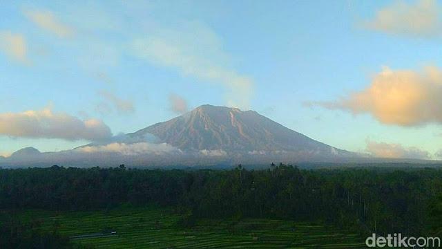 Gunung Agung Siaga, Abu Menyembur ke Sejumlah Wilayah