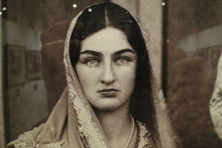 Durruşehvar Sultan, 2. Abdülmecid Efendi'nin özbeöz kızıdır.