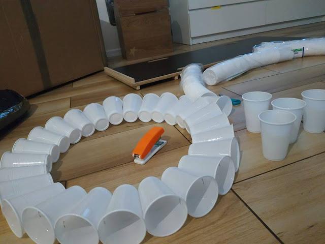 Bałwan z plastikowych kubków