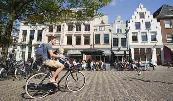 Bersepeda di Utrecht, kota bersejarah di selatan Amsterdam.