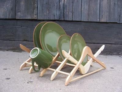 Rak piring terbuat dari kayu gantungan baju