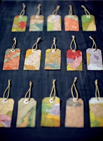 Kertas peta dan atlas yang dijadikan pembatas buku, gantungan kunci, atau gift tag. Simple.