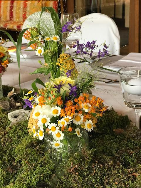 Tischdekoration Bunte Wiesenblumenhochzeit im Riessersee Hotel Garmisch-Partenkirchen, heiraten in Bayern, zwei Bräute, Regenbogen