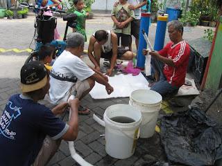 Kerja bakti membersihkan APAL (Alat Pengolah Air Limbah)