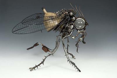 Escultura de una mosca con material reciclado