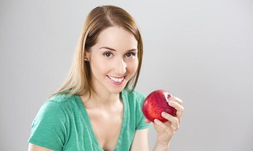 Apel termasuk makanan yang membuat gigi putih