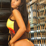 Andrea Rincon, Selena Spice Galeria 36 : Shakiras, Camiseta Negra Con Amarillo y Rojo, Tanga Amarilla y Naranja Foto 17