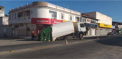 Asfalto cede e caminhão de lixo cai dentro de buraco em Marataízes
