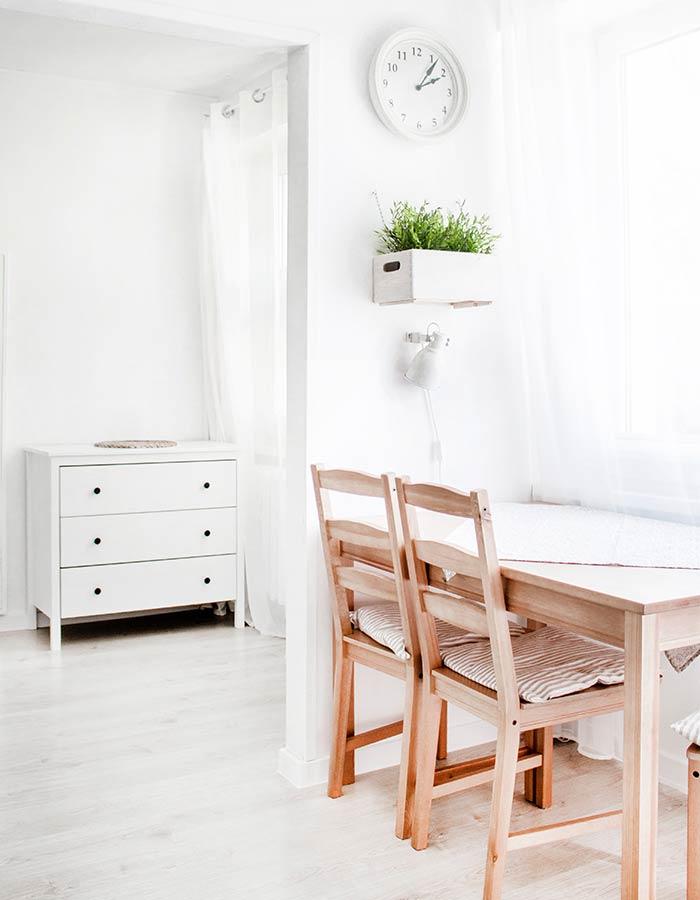 Cozinha minimalista em estilo de decoração escandinava iluminada com luz natural