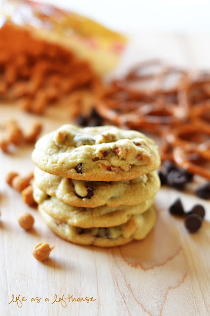 Caramel Pretzel Chocolate Chip Cookies are delicious and soft and loaded with caramel, pretzel pieces and lots of chocolate chips. Life-in-the-Lofthouse.com