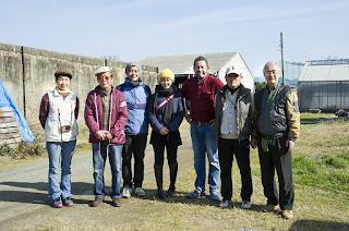 九州大学農学部附属農場「土と植物の薬膳」の製造現場で記念撮影