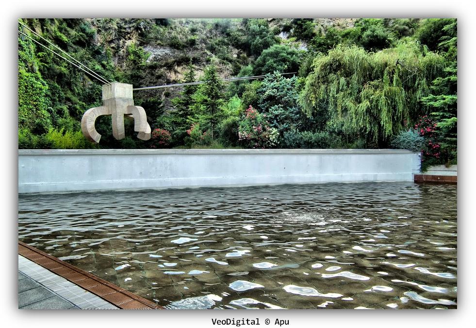 Apu barcelona veodigital un chillida en la piscina for Agua de la piscina turbia