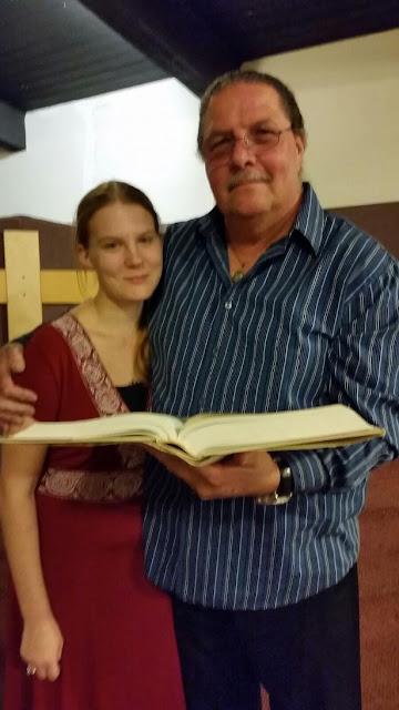 Hombre de 60 años se casa con joven de 19 con ¡permiso de su esposa!