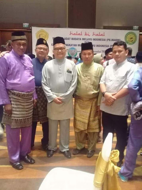 Sultan Asahan, Sekretaris Mabmi Asahan OK Mohd Rasyid foto bersama.