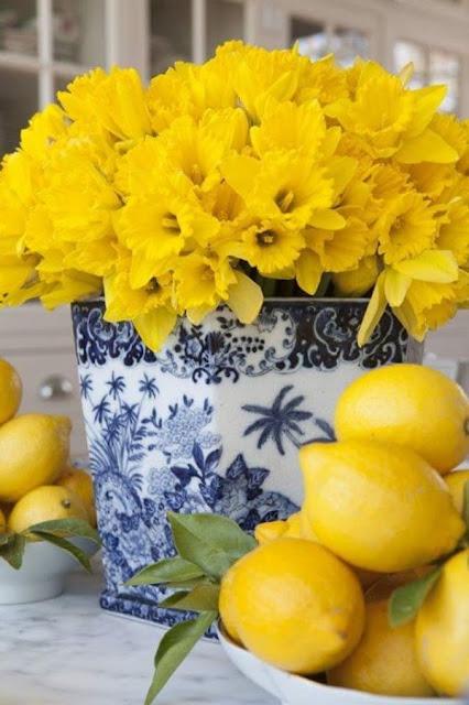 سلة ورود صفراء تزين مائدة الطعام لجوار الليمون