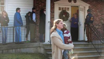 (CNN) — Los habitantes de Newtown, Connecticut, tomaron las redes sociales este viernes para compartir el miedo, la sorpresa y el horror por el tiroteo en la escuela primaria Sandy Hook. Varias personas expresaron en Twitter sus preocupaciones acerca de sus parientes que estudian o trabajan en la escuela donde este viernes por la mañana ocurrió el tiroteo por el que murieron al menos 20 niños y seis adultos, además del sospechoso atacante. Otros usuarios publicaron imágenes de la escena y de una estación de bomberos cercana adonde llevaron a los sobrevivientes. Al medio día del viernes, un hospital en