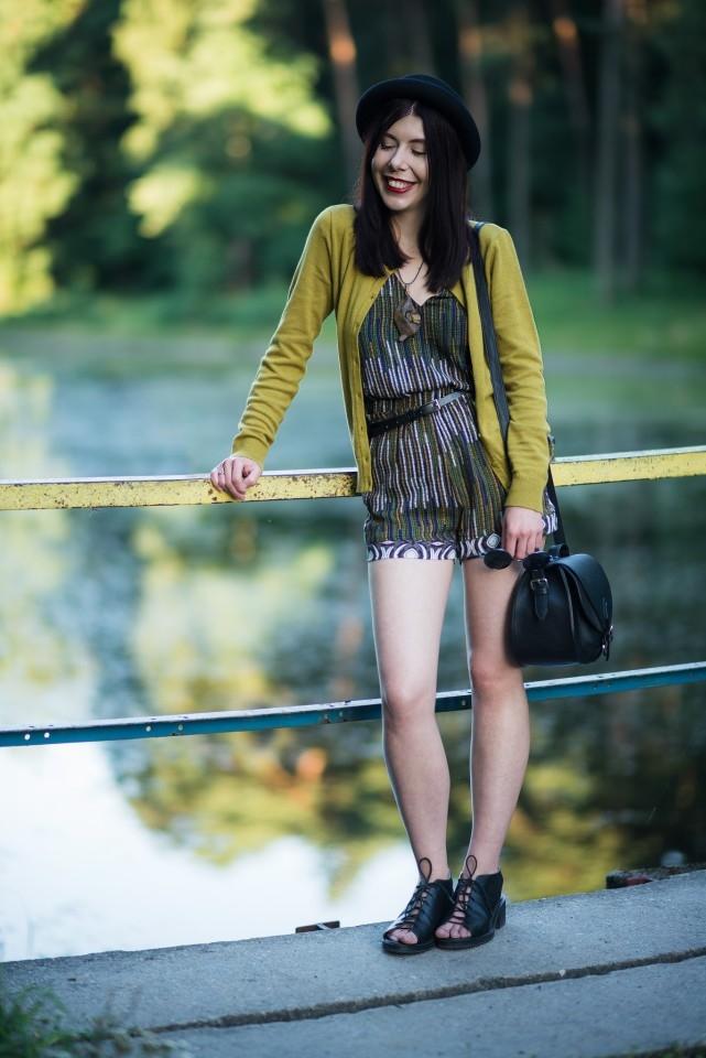 stylizacja z kapeluszem | melonik | dziewczyna w meloniku | komplet jak kombinezon | musztardowy kardigan | biżuteria etno | stylizacja na koniec lata | Arturówek | blog o modzie | blog szafiarski | blog modowy