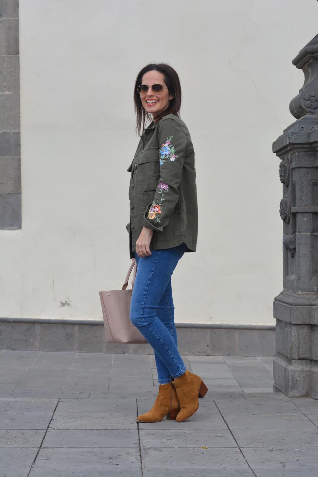 look-outfit-parka-flores-bordadas