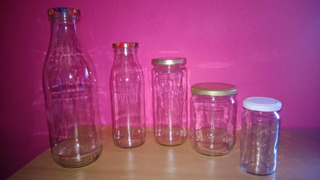 Leere Glasflaschen und Leere Gläser