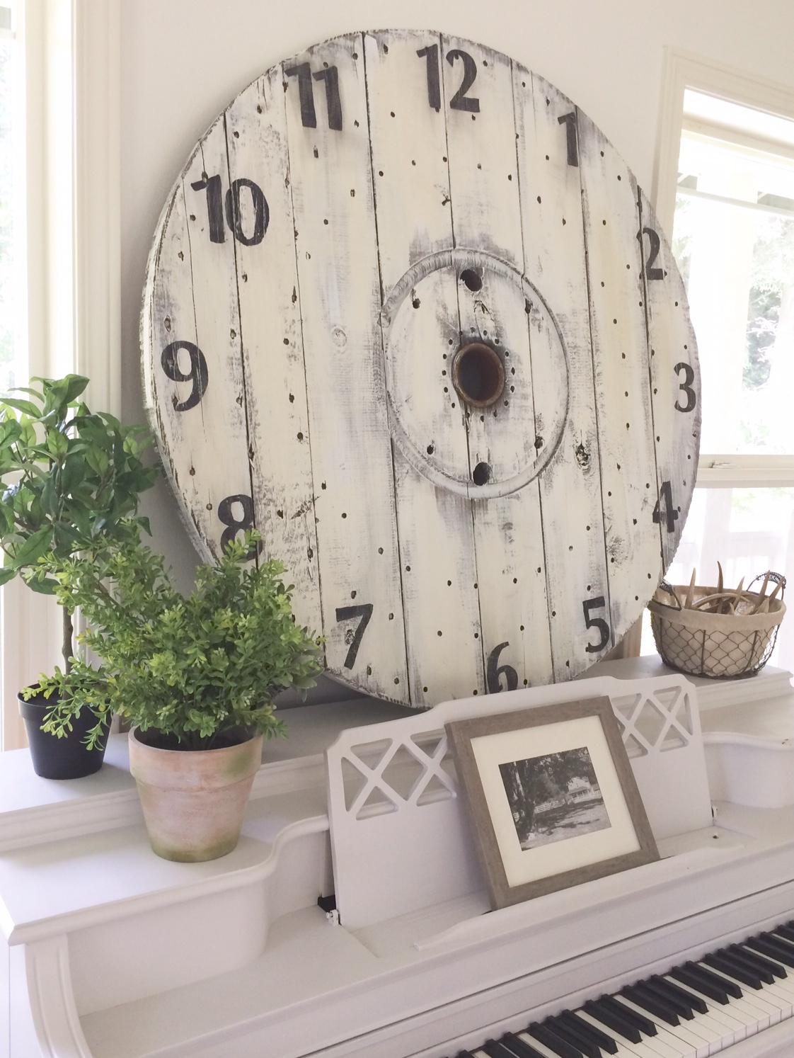 Little Farmstead: DIY Farmhouse Wood Spool Clock
