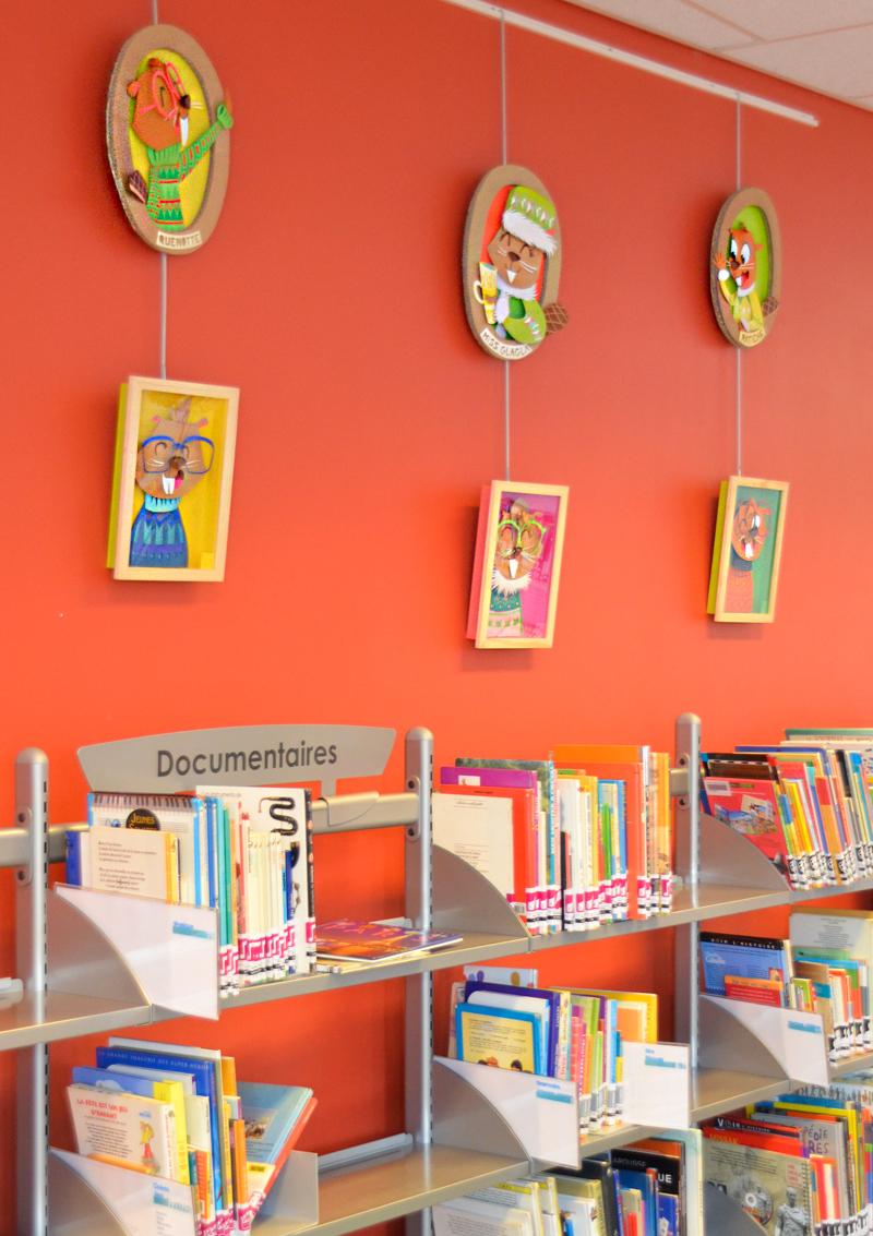 Exposition en biblihotèque, cadre en relief , papier découpé, portrait de castors aux couleurs acidulées