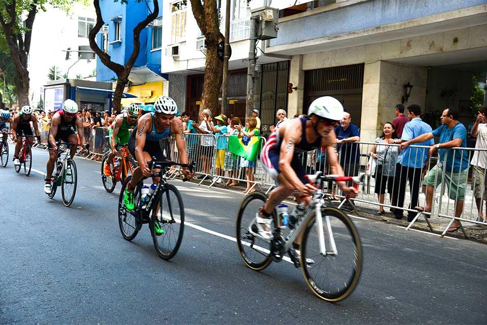 Competição de triatlo masculino movimenta Copacabana. Foto: Tânia Rêgo/Agência Brasil