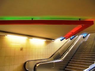 το γλυπτό Πομπή του Στήβεν Αντωνάκου στο σταθμό του Μετρό Αμπελόκηποι