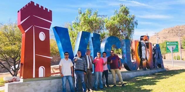 Alcalde Rafael Vera y jóvenes frente a portal de Vicuña