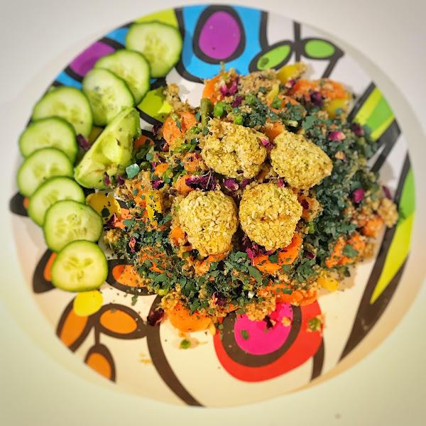 Rezept: Couscous Rosenblütensalat mit Falafel und Hummus