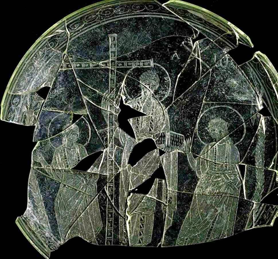 Patena eucarística recuperada em Cástulo, Espanha, com Cristo em Majestade e Apóstolos.