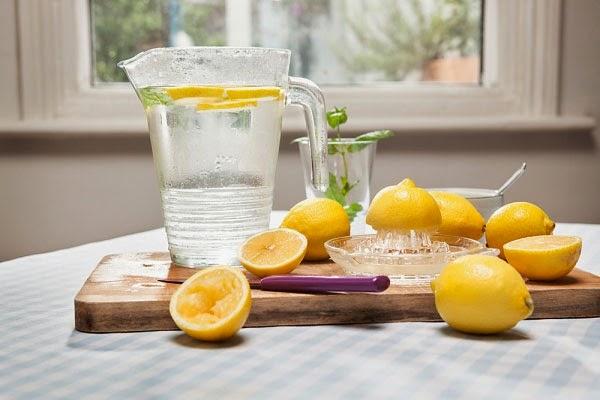 beneficios del agua con limón en las mañanas