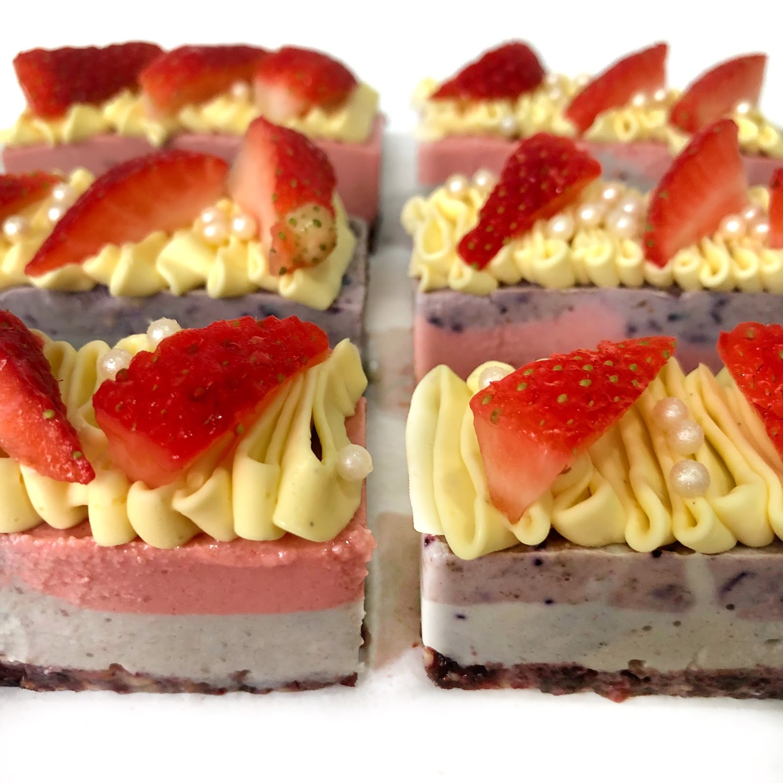 Raw Blueberry cheesecake with strawberries
