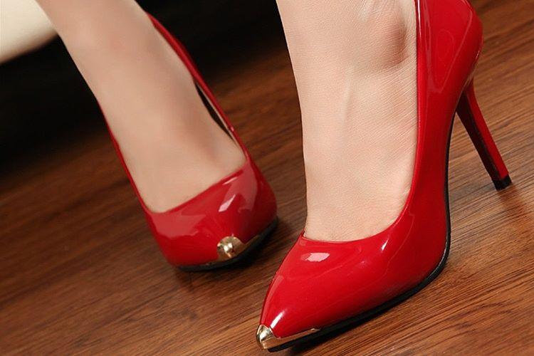 Yuvarlak burunlu bir ayakkabı yerine sivri burunlu bir ayakkabı giymek görünüşünüzü tamamen değiştirebilir.