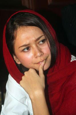 Jilbab seksi Aura Kasih Tampil Cantik dengan Kerudung Biru