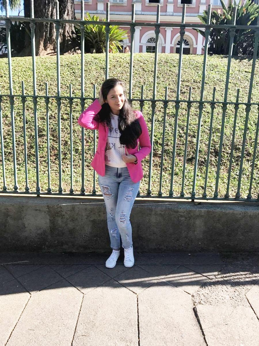 calça Jeans, blusa moletom e blazer rosa.
